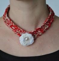 collier rouge fleur blanche