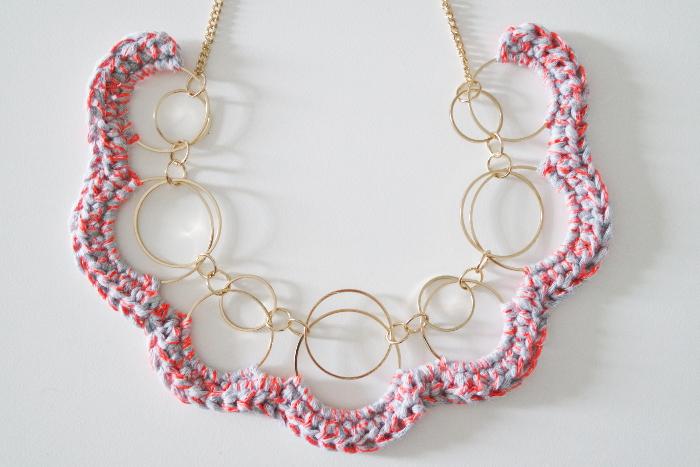 colliers relookés au crochet